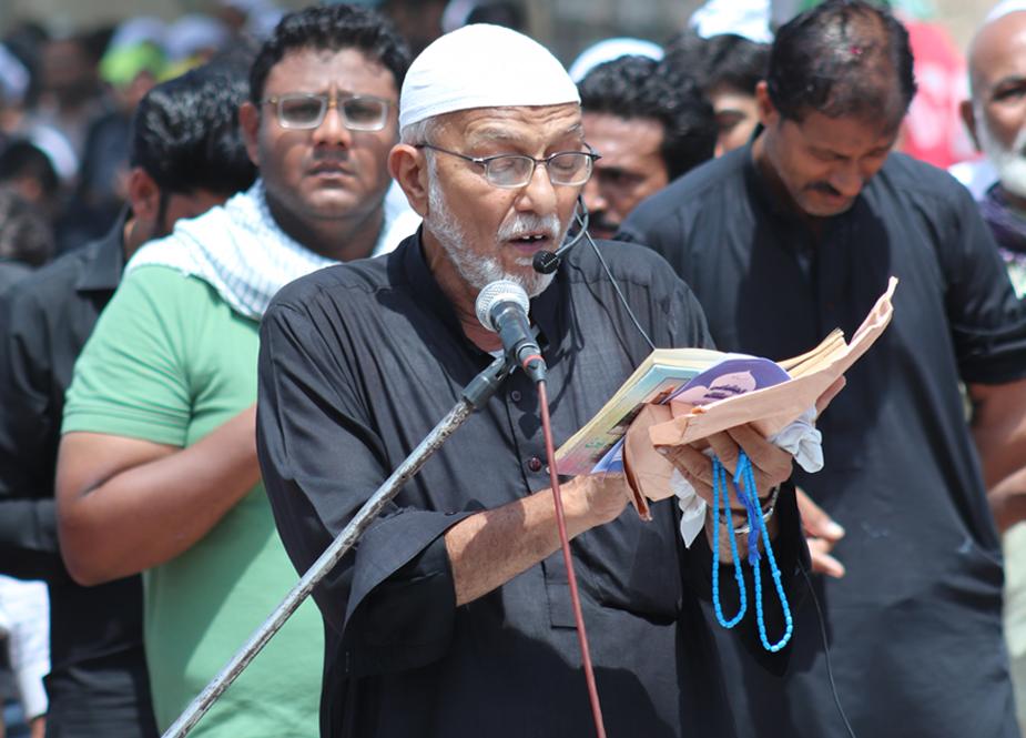 کراچی، یوم شہادت امام علیؑ کے مرکزی جلوس کے دوران آئی ایس او کے زیر اہتمام مزار قائد کے وی آئی پی گیٹ کے سامنے باجماعت نماز ظہرین