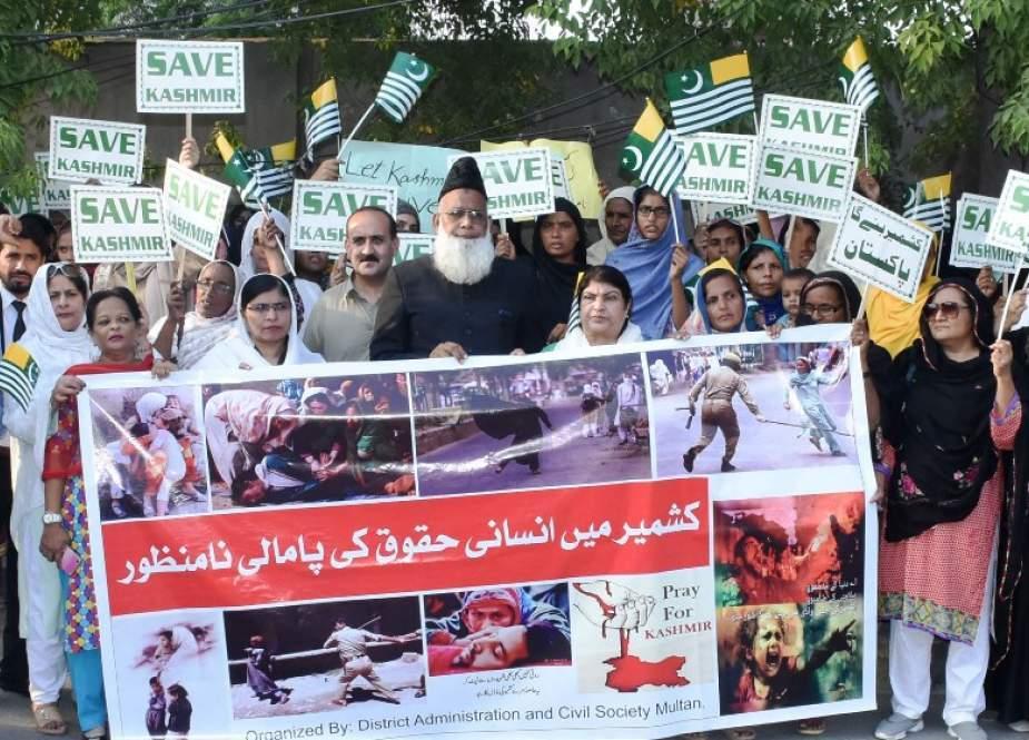 ملتان، سول سوسائٹی، سماجی تنظیموں اور ضلعی انتظامیہ کے زیراہتمام کشمیری مسلمانوں سے اظہار یکجہتی کیلئے ریلی