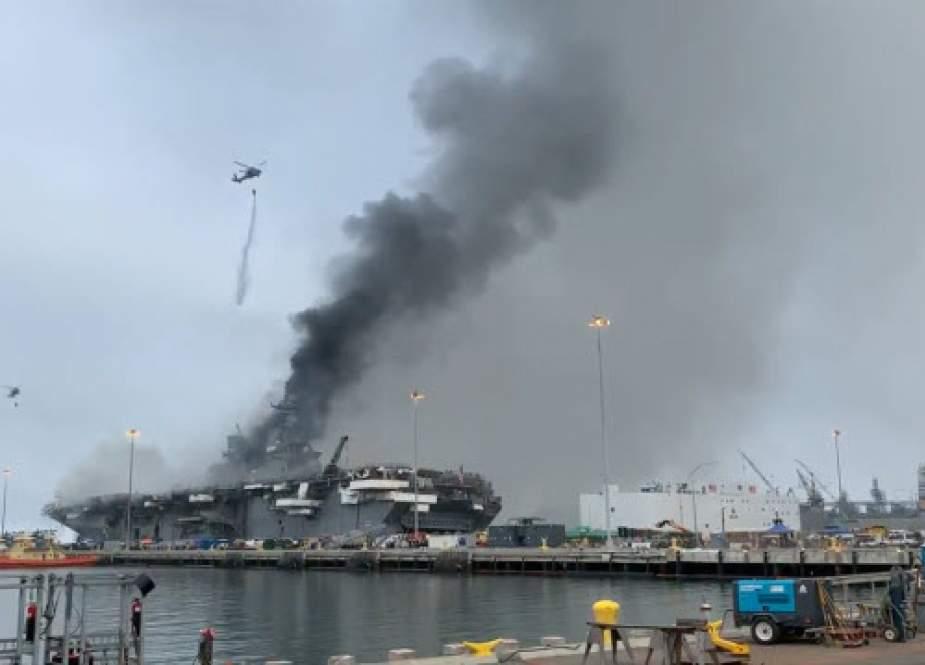 جهنمی از آتش در کشتی آمریکایی  «بونهام ریچارد» در حال کج شدن است