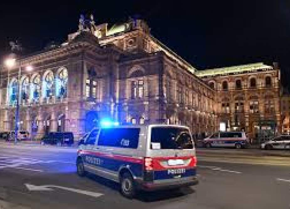 Police car drives in front of the opera house in the center of Vienna.jpg