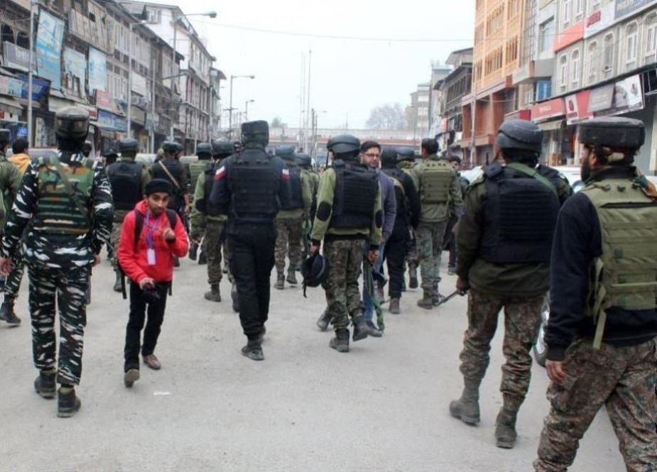 قابض فورسز کے ہاتھوں مقبوضہ کشمیر کے سرینگر میں راہگیروں کی تلاشیاں