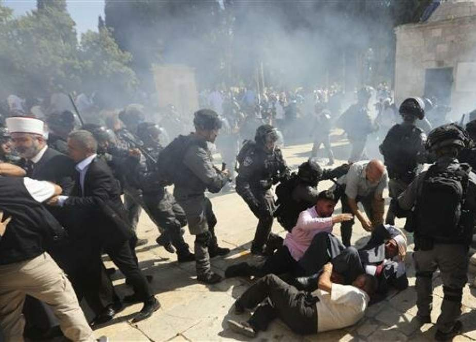 Israeli police clash with Palestinian worshipers at al-Aqsa Mosque compound in Jerusalem al-Quds.jpg