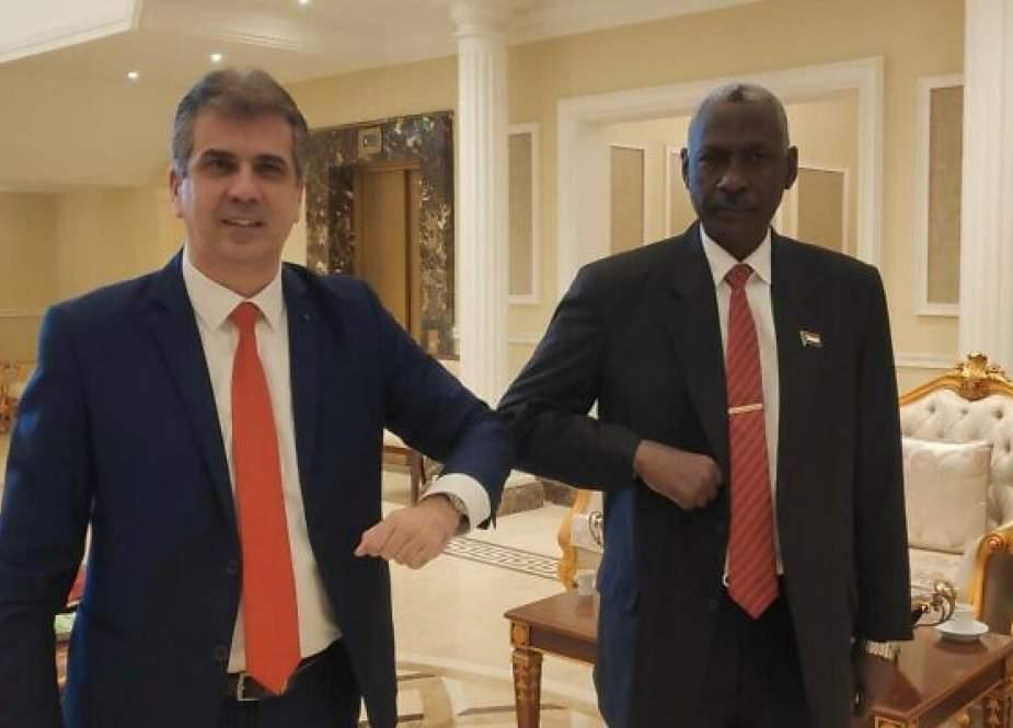 Israeli Intelligence Minister Eli Cohen with Sudanese Defense Minister Yassin Ibrahim in Khartoum.jpg