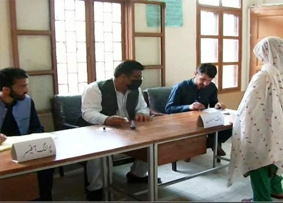 آزاد کشمیر کے انتخابات، لاہور میں قائم پولنگ سٹیشن پر ووٹنگ کا عمل جاری