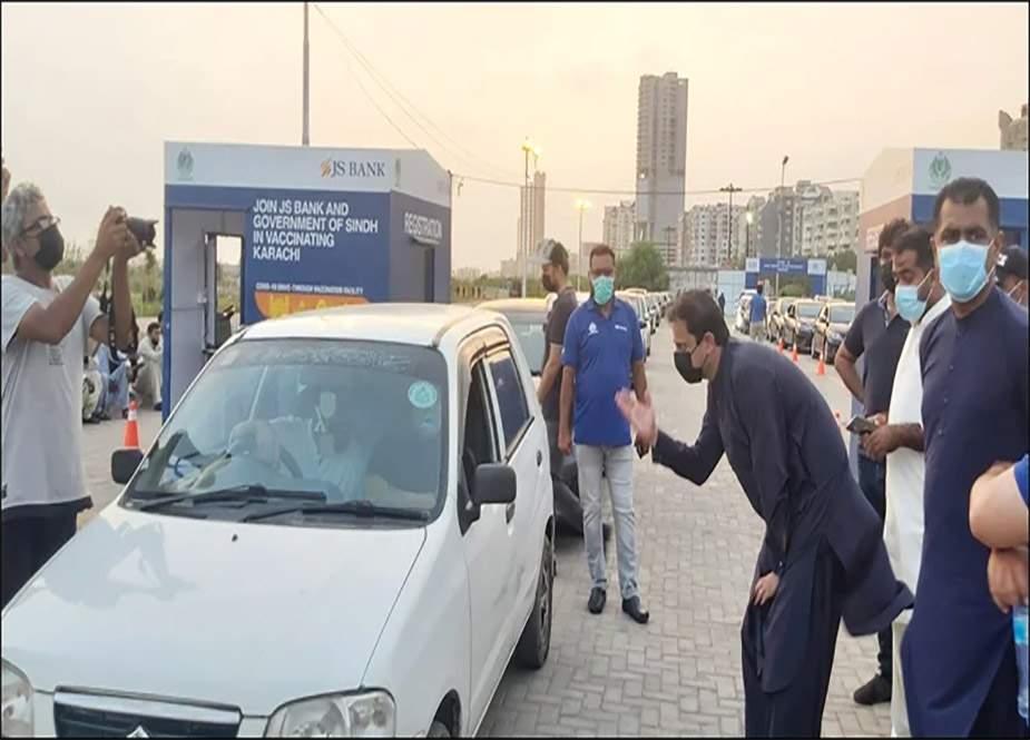 کراچی، گاڑی میں بیٹھے بیٹھے کورونا ویکسین لگوانے کی سہولت متعارف