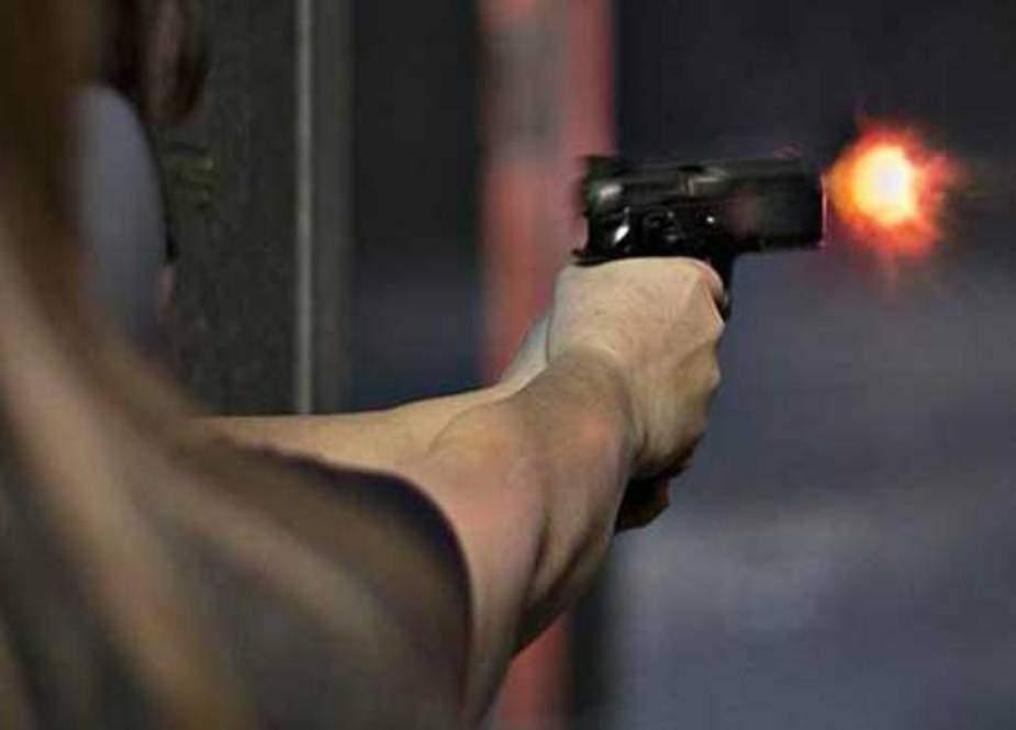 کراچی میں کار پر فائرنگ، غیر ملکی اور ڈرائیور زخمی