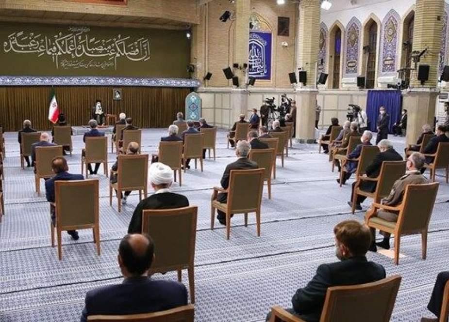 قائد الثورة الاسلامية : لقد تبين في حكومة روحاني أن الثقة بالغرب غير مجدية