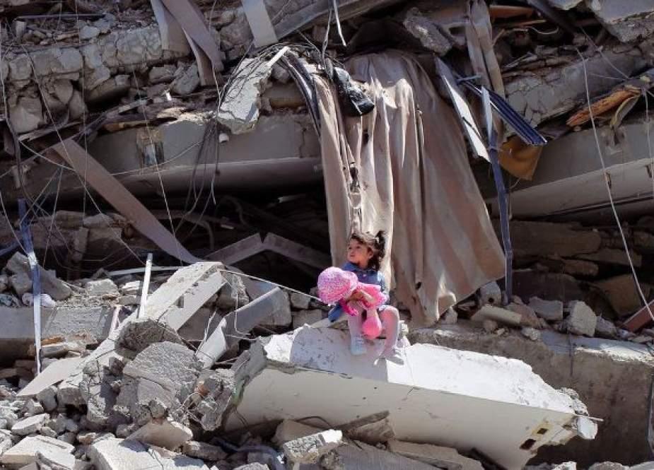 Shaban El Sousi memotret Celine saat dia duduk di reruntuhan blok menara di Kota Gaza (BBC).