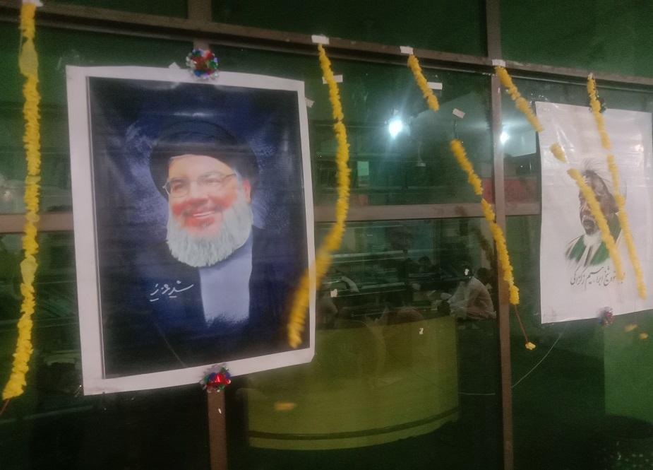 آقائے حسن نصر اللہ اور شیخ الزکزکی کی تصاویر آویزاں ہیں