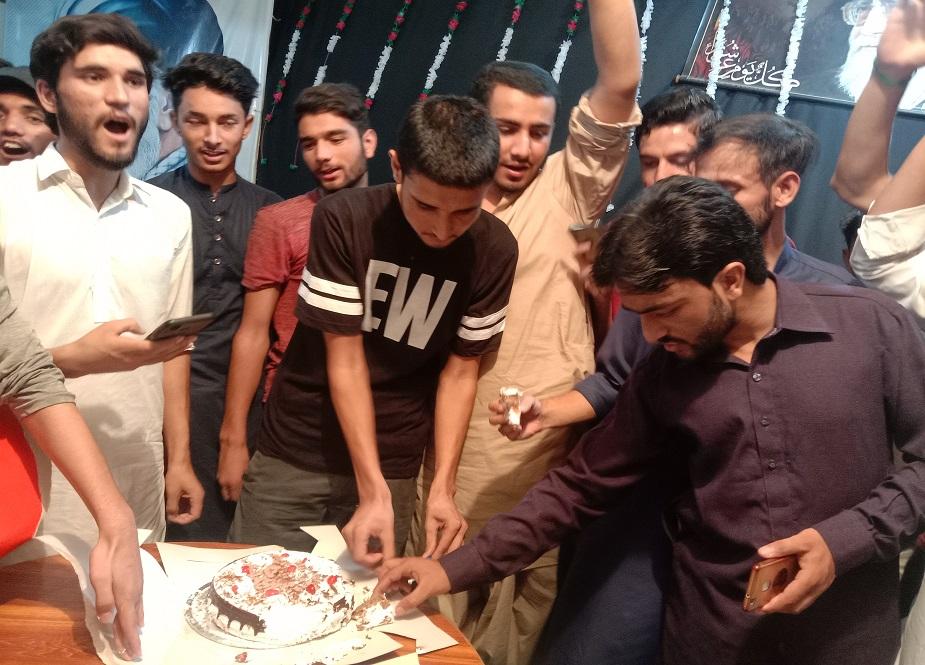 جشن غدیر کے اختتام پر کیک کاٹا گیا