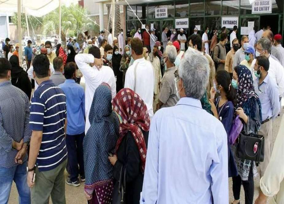 کورونا ویکسینیشن کیلئے لمبی قطاریں، مشتعل افراد نے ایکسپو ہال کراچی کے شیشے توڑ دیئے