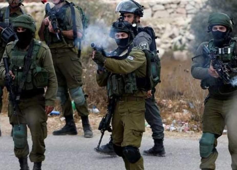الاحتلال يطلق النار باتجاه شاب بزعم تنفيذ عملية طعن