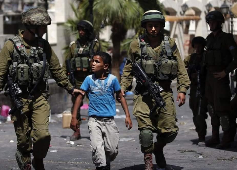 الاحتلال يعتقل ثلاثة أطفال ويقتحم مستشفى شرقي القدس