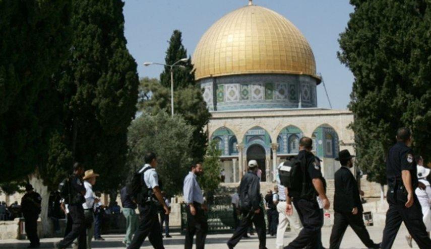 مستوطنون يقتحمون باحات المسجد الأقصى وسط حماية شرطة الاحتلال