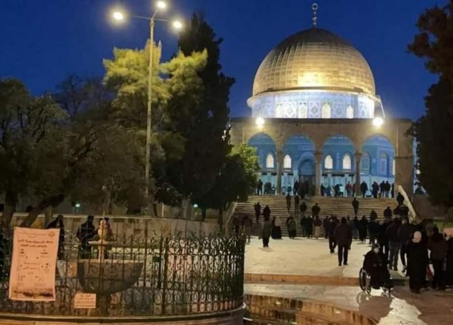 المئات من الفلسطينيين يؤدون صلاة الفجر بالمسجد الأقصى
