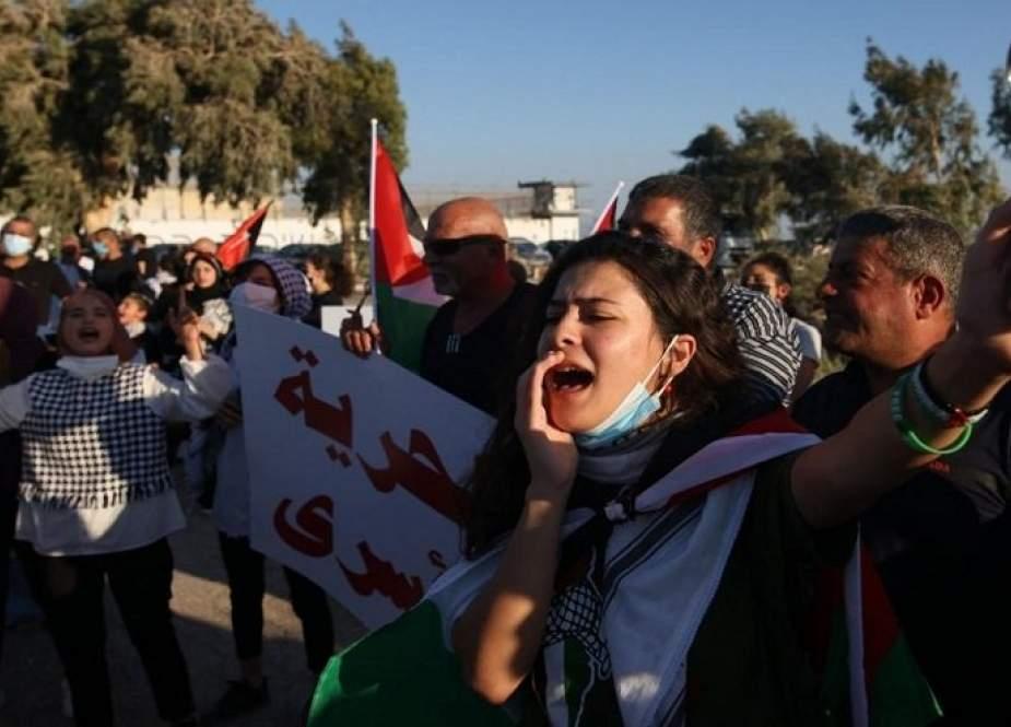 """وقفة تضامنية مع الاسرى الفلسطينيين امام سجن """"جلبوع"""""""