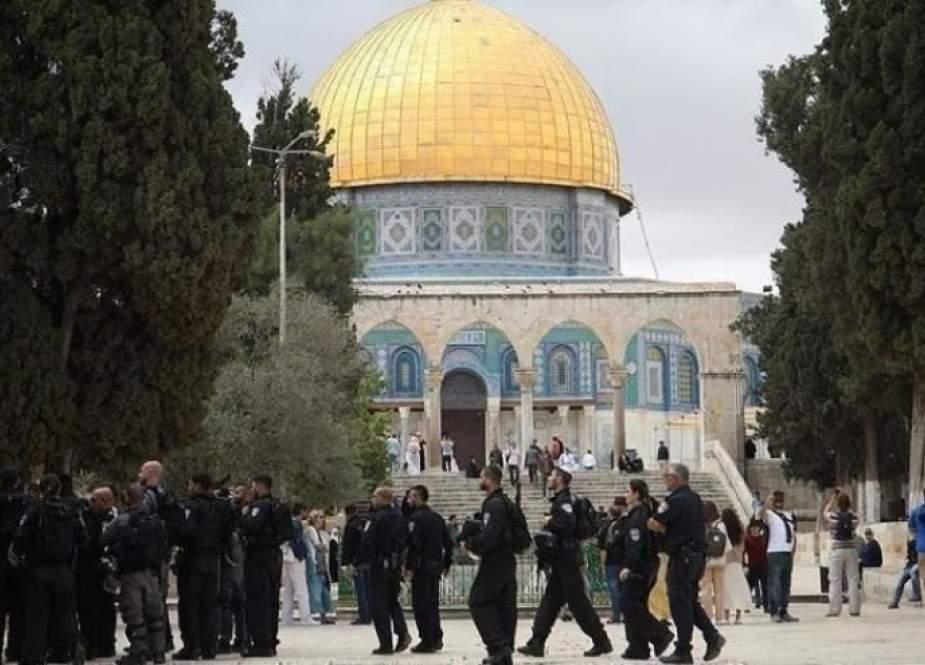 مستوطنين يقتحمون باحات الأقصى بحماية قوات الاحتلال