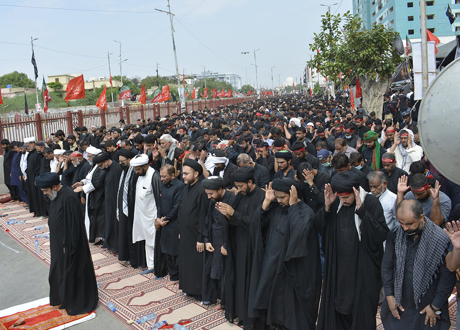 کراچی، آئی ایس او کے زیر اہتمام مرکزی جلوس اربعین کے دوران ایم اے جناح روڈ پر باجماعت نماز ظہرین