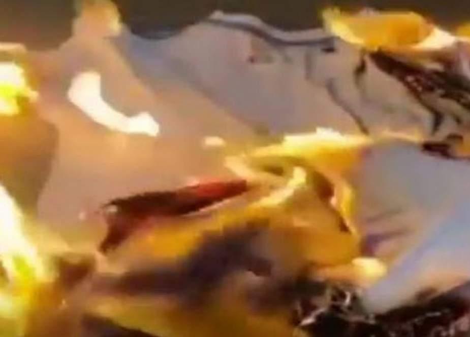 آتش زدن لباس تولید اسرائیل؛ اعتراض متفاوت یک بحرینی به سازش + فیلم