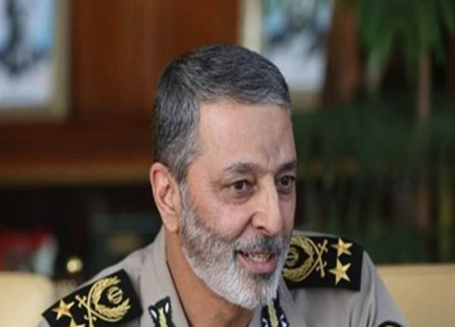 قائد الجيش الايراني: القوات المسلحة تقف جنباً لجنب الشعب بمواجهة الأعداء