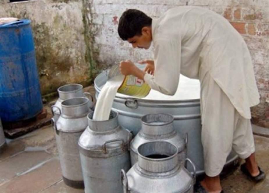 کراچی، ڈیری کیٹل فارمرز کا دودھ فی لیٹر قیمت 155 روپے کرنے کا مطالبہ