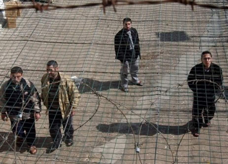 250 أسيرًا فلسطينيًّا يشرعون بالإضراب عن الطعام