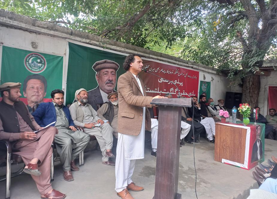پی ٹی آئی رہنما صابر حسین برسی کی تقریب سے خطاب کرتے ہوئے