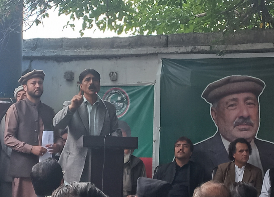 مقامی رہنما الیاس خان خطاب کر رہے ہیں