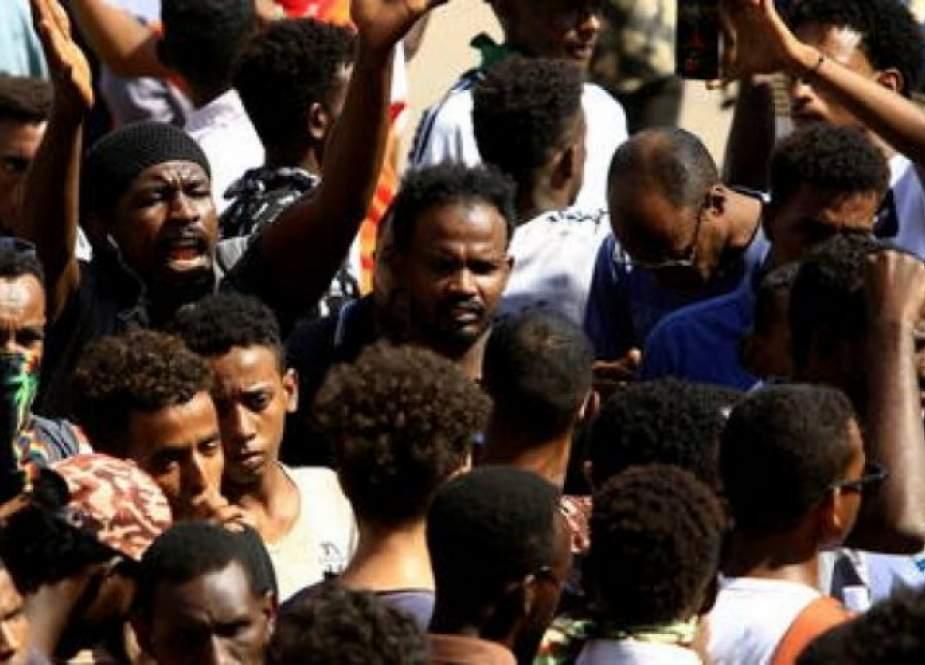 """السودان.. احتجاجات مؤيدة للجيش تحت شعار """" تسقط حكومة الجوع """""""